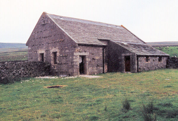 Quernmore camping barn. By Derek Andrews [CC BY-SA 2.0 (http://creativecommons.org/licenses/by-sa/2.0)], via Wikimedia Commons.
