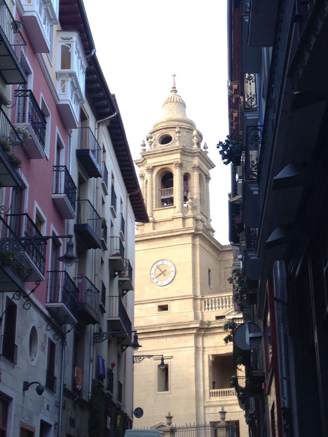 Walking up to Catedral de Pamplona. Photo by A. Ribeiro.